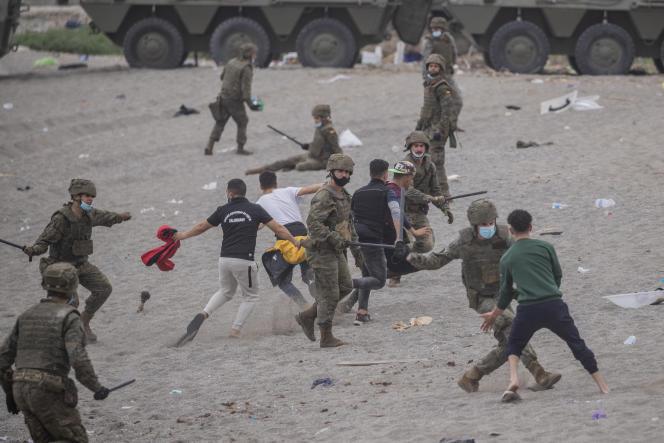 Hiszpańscy żołnierze próbują przechwycić migrantów w Ceucie, niedaleko granicy z Marokiem, 18 maja 2021 r.