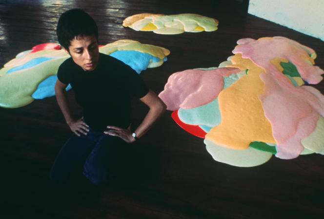Lynda Benglis, en 1969, devant sa sculpture «Night Sherbet», dans son atelier de Baxter Street, à New York.