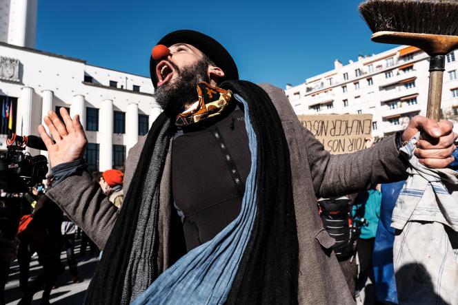 Une manifestation devant le TNP de Villeurbanne, en mars 2021.