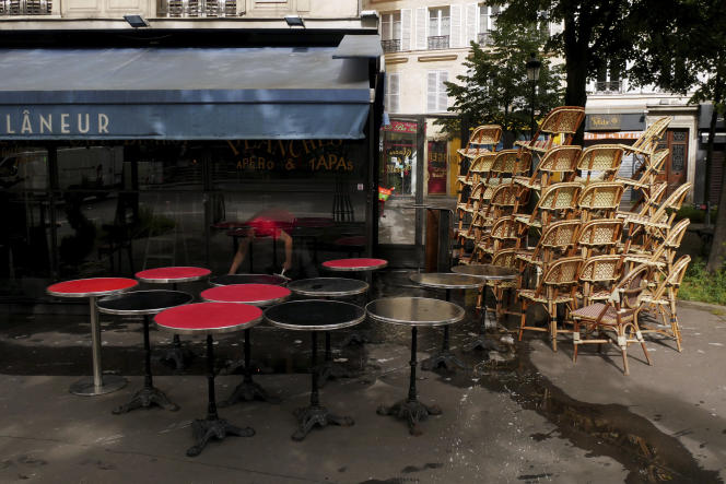 Un restaurateur nettoie sa terrasse, à Paris, le 17 mai 2021.