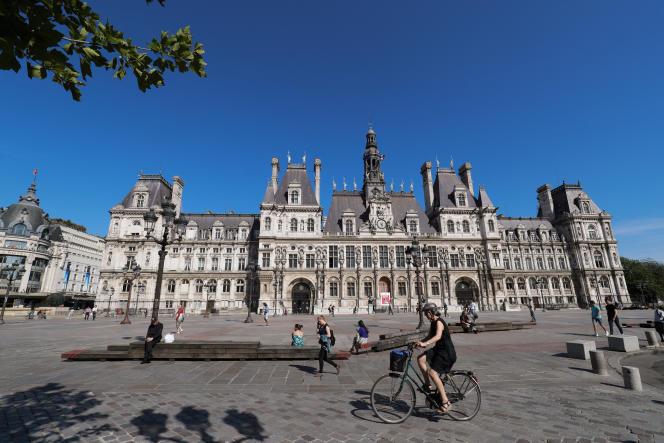 Le 23 juin 2020, devant l'Hôtel de ville, à Paris.