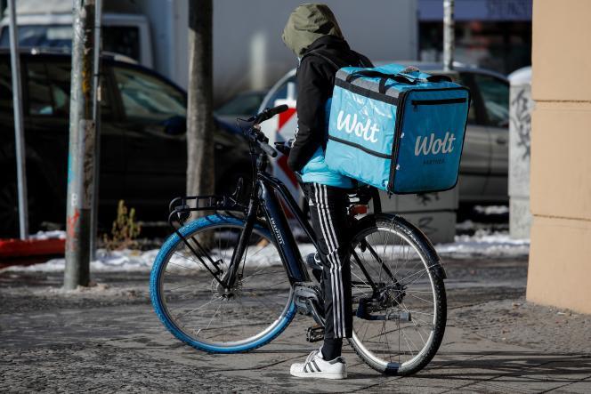 Coursier de l'entreprise de livraisonWolt dans le quartier berlinois de Kreuzberg, le 12 février 2021.