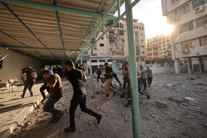 در 17 مه 2021 ، فلسطینی ها از حملات هوایی اسرائیل به شهر غزه جلوگیری کردند.