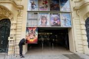 Un employé de cinéma accroche des affiches en vue de la réouverture du cinéma des Variétés, à Nice, le 18 mai 2021.