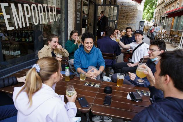 10 h30, l'heure de la première bière en terrasse pour ce groupe d'étudiants en école d'ingénieur, au bar le Hopstore, à Lyon, le 19 mai 2021.