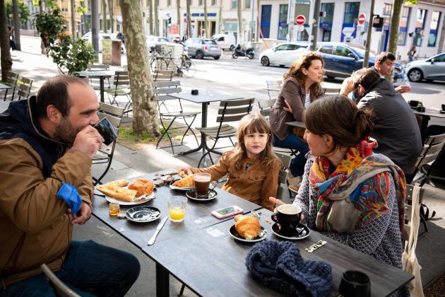 Emile, Fanette et Camille prennent un petit déjeuner en famille sur la terrasse du bistrot Jutar, dans le 4e arrondissement de Lyon, le 19 mai 2021.