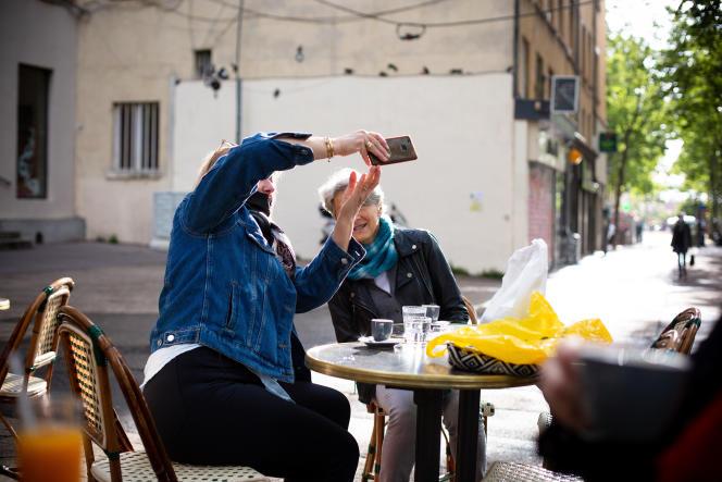 Deux collègues en terrasse du café Chantecler à Lyon, le 19 mai 2021.