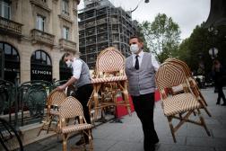 Les serveurs d'un bistrot se préparent à la réouverture des terrasses, à Paris, le 18 mai 2021.