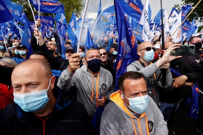 Des policiers manifestent devant l'Assemblée nationale, à Paris, mercredi 19 mai.