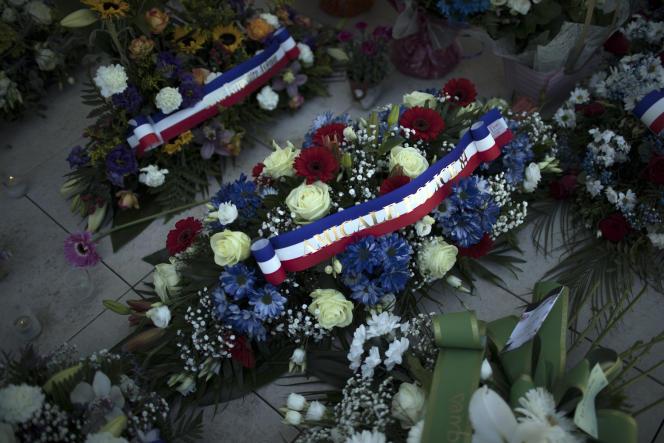 Hommage au brigadier Eric Masson tué au cours d'une opération antidrogue, devant le commissariat d'Avignon (Vaucluse), le 9 mai 2021.