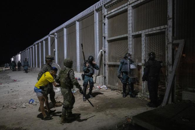 Les forces de sécurité espagnoles expulsent un migrant de l'enclave espagnole de Ceuta, à la frontière du Maroc et de l'Espagne, mardi 18 mai 2021.