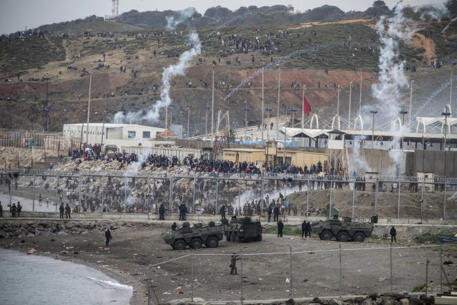 Des officiers de l'armée espagnole et de la Guardia Civil prennent position à côté de la frontière entre le Maroc et l'Espagne, dans l'enclave espagnole de Ceuta, le mardi 18 mai 2021.