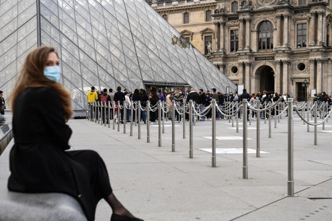 Entrée du Musée du Louvre, à Paris, le 19 mai 2021.