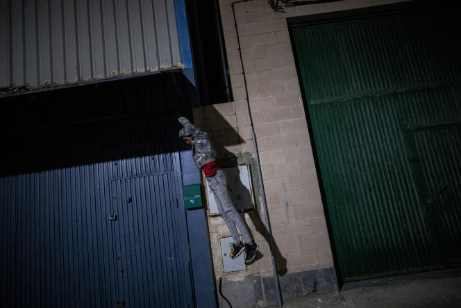 Un migrant pénètre dans l'enclave espagnole de Ceuta, près de la frontière entre le Maroc et l'Espagne, tôt le mercredi 19 mai 2021.