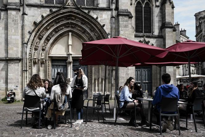 Des clients d'un café à Bordeaux, le 19 mai 2021, jour de la réouverture des terrasses et lieux culturels en France.