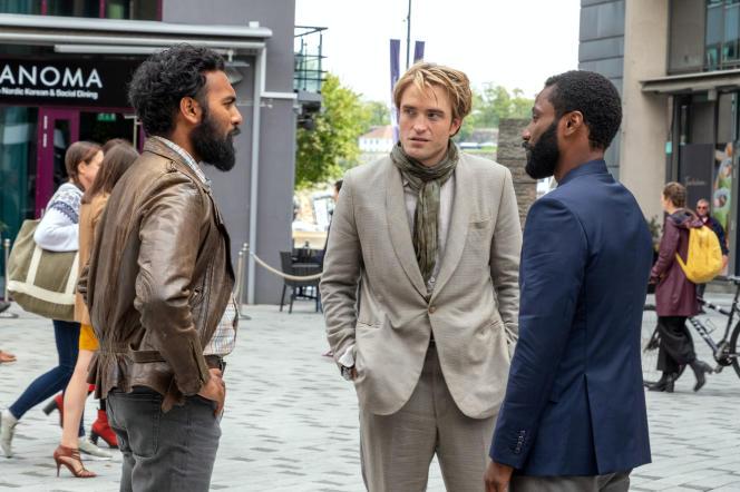 Dari kiri ke kanan: Maher (Himesh Patel), Neil (Robert Pattinson) dan protagonis (John David Washington) dalam film