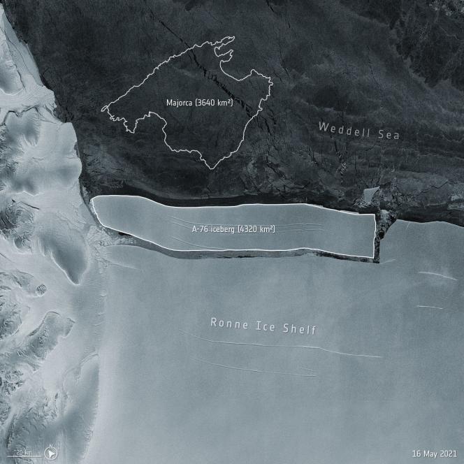 L'iceberg A-76, le plus gros du monde, s'est détaché de la banquise deRonne, enAntarctique, et dérive dans la mer de Weddell, en mai 2021.