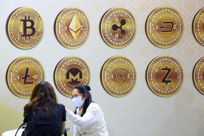Les symboles de diverses cryptomonnaies (en haut à gauche, celui du bitcoin), lors de l'International Finance Expo à Taipei, en novembre 2020.
