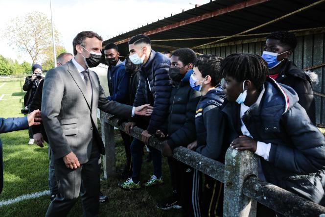 Emmanuel Macron rencontre de jeunes joueurs du FC Pont-Sainte-Marie (Aube), le 19mai.