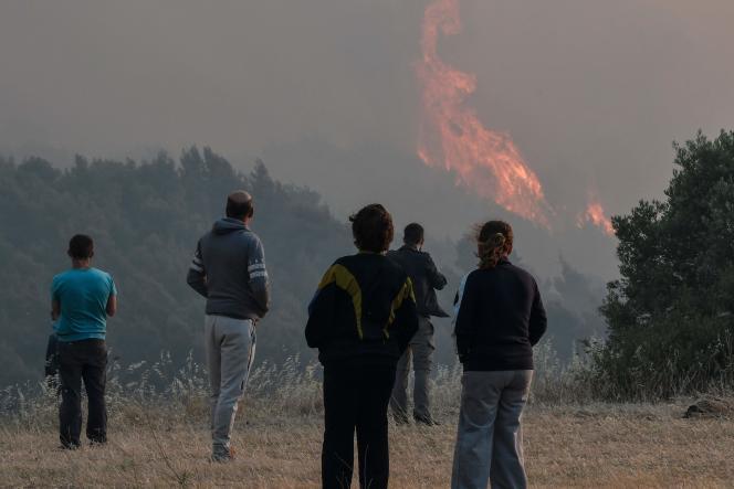 Die Bewohner entdecken am 20. Mai 2021 einen Waldbrand in der Nähe des Dorfes Pefkaneas westlich von Athen.