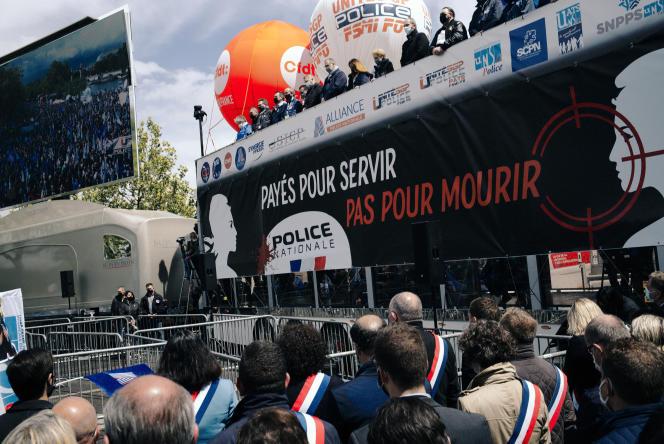 Rassemblement des policiers, à l'appel des syndicats, devant l'Assemblée nationale, à Paris, le 19 mai 2021.