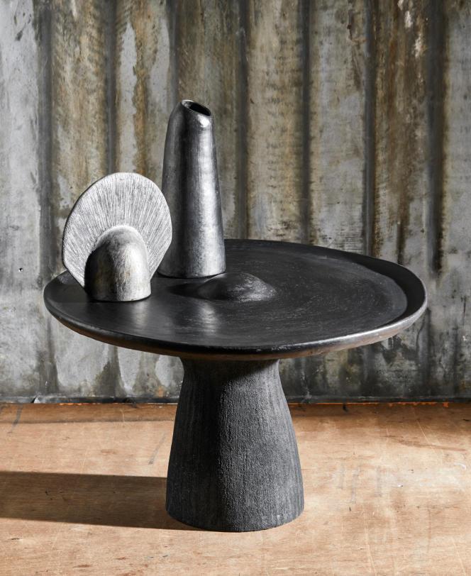 Une table basse et des vases en terre noire, fruits d'une collaboration entre Constance Guisset et des artisans mexicains.