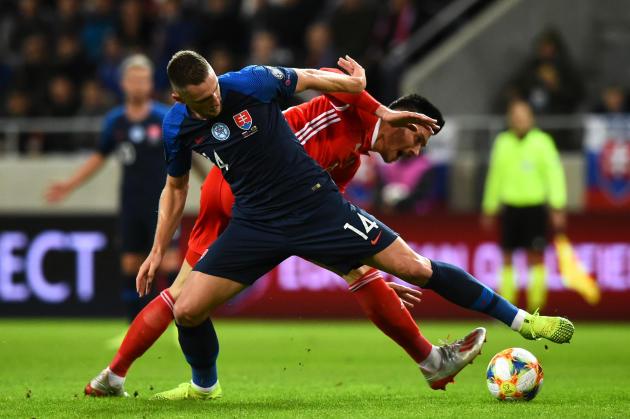 Le défenseur Milan Skriniar (maillot bleu) à la lutte avec l'attaquant gallois Kiefer Moore, en match de qualification pour l'Euro, en octobre 2019 à Trnava.
