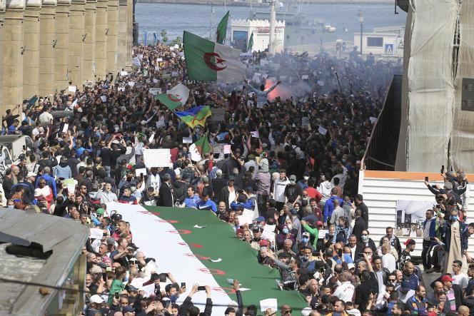 Des manifestants envahissent une rue d'Alger lors d'une marche du Hirak, le 2 avril 2021.