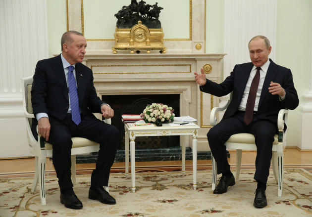 Vladimir Poutine (à droite) reçoit Recep Tayyip Erdogan au Kremlin, le 5 mars 2020. Sur la cheminée, l'horloge met en scène la victoire de l'armée tsariste sur l'Empire ottoman dans les Balkans, en 1878.