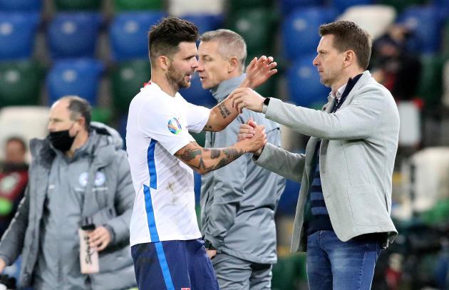 Le coach slovaque Stefan Tarkovic félicite l'attaquant Michal Duris, après son but contre l'Irlande du Nord, en Ligue des nations, le 12 novembre 2020 à Belfast.