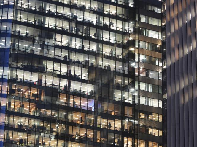 Les SCPI acquièrent et mettent en location des locaux, souvent tertiaires (bureaux, commerces, etc.) et reversent les loyers aux épargnants qui en détiennent des parts.