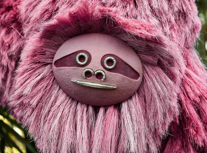 Un modèle de la collection Pink Beasts de Fernando Laposse, que ce designer a fabriqué avecdes fibres d'agave teintées à la cochenille.