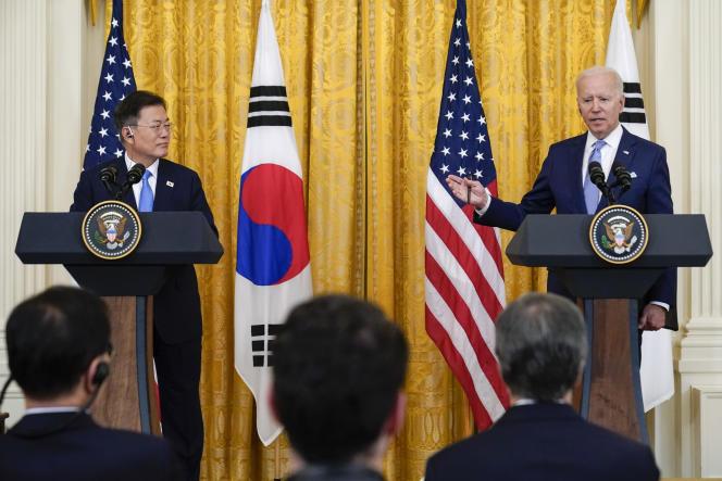 رئیس جمهور کره جنوبی (چپ) مون جه این و رئیس جمهور آمریکا جو بایدن در یک کنفرانس مطبوعاتی کاخ سفید در واشنگتن در 21 مه.