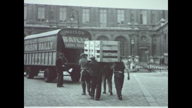 Les Allemands ordonnèrent aux municipalités françaises de financer les déménagements des appartements juifs en les confiant à des entreprises spécialisées.