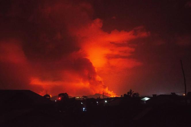 Des flammes liées à l'activité du volcan Nyiragongo, sont observées dans la périphérie de Goma, en République démocratique du Congo, le 22 mai 2021.