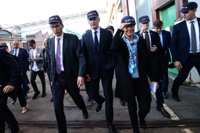 De gauche à droite, le PDG d'Alstom, Henri Poupart-Lafarge, Bruno Le Maire, ministre de l'économie, etElisabeth Borne, alors ministre des transports, le 26 octobre 2017, en visite sur le site d'Alstom à Belfort.