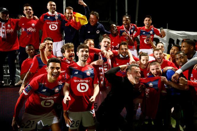 Les joueurs du LOSC,autour de leur entraîneur Christophe Galtier, fêtent leur titre de champion de France de Ligue 1, le 23 mai 2021, au Stade Raymond Kopa, à Angers.