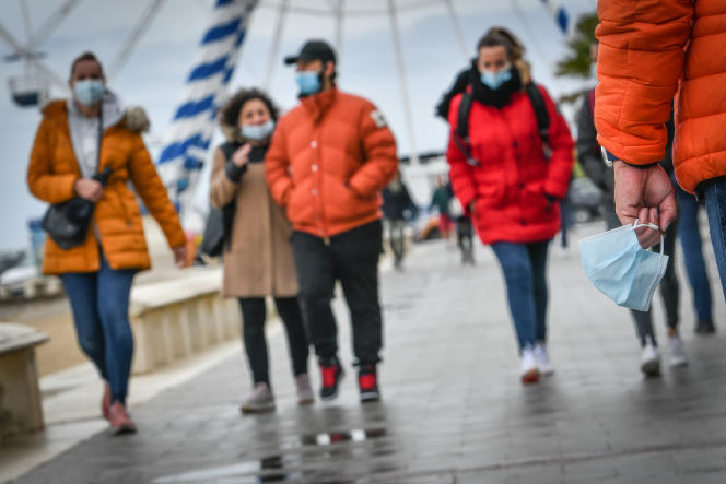 It is no longer mandatory to wear a mask by the sea, but many people prefer to put it on their face.  The city of Arcacon has removed its municipal decrees requiring the city to wear masks.  On May 22, 2021 in Arcachon.