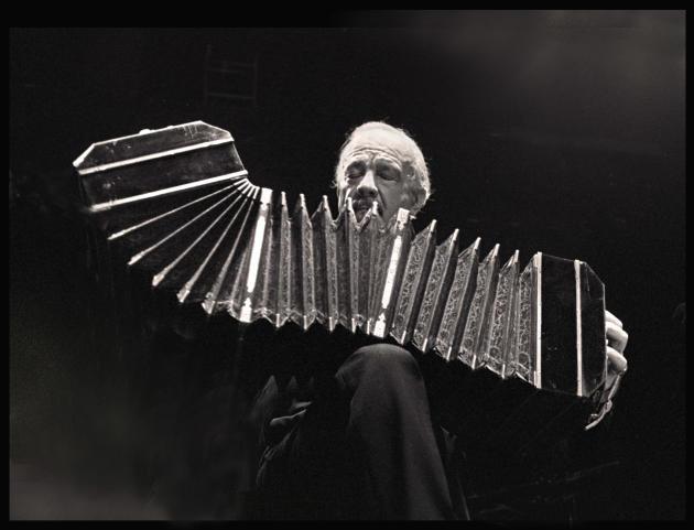 Le compositeur argentin Astor Piazzolla (1921-1992) en concert à Amsterdam, en 1985.