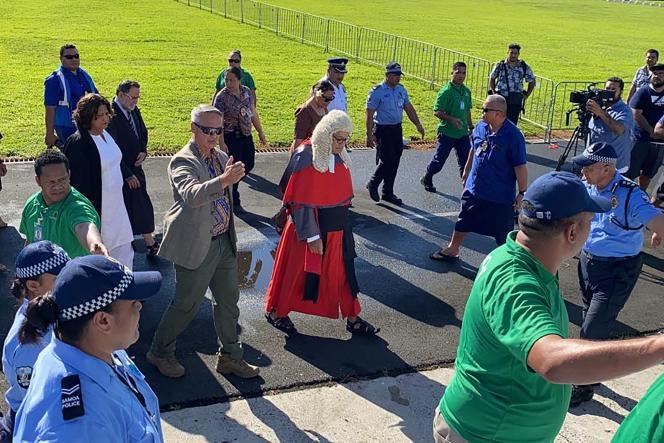 La jueza suprema Satiu Simativa Perese llega el 24 de mayo de 2021 al Parlamento en Apia, Samoa, donde se ha denegado el acceso.