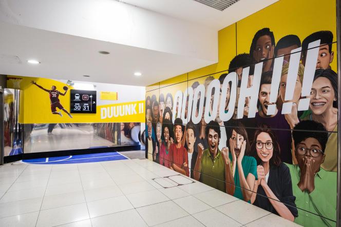 Des « nudge anti-urines », sous forme de visages souriants, utilisés par la SNCF pour dissuader d'utiliser les murs dans les gares comme pissotières.