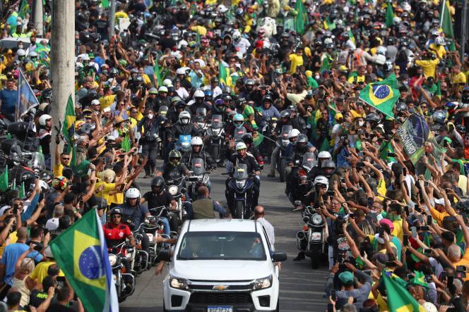 Jair Bolsonaro begrüßt seine Anhänger am 23. Mai 2021 in Rio de Janeiro. Der brasilianische Präsident hat 33 Kilometer auf einem Motorrad zurückgelegt, das von einer Gruppe von Motorradfahrern umgeben ist.