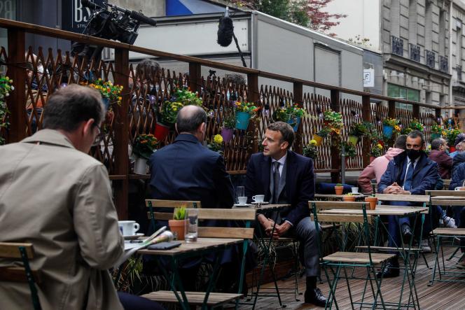 Le président Emmanuel Macron et le premier ministre, Jean Castex, sur une terrasse de café, à Paris, le 19 mai.