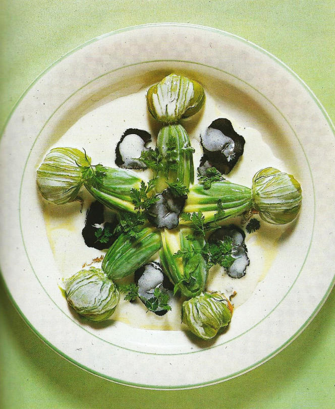 La courgette fleur aux truffes, plat signature de Jacques Maximin. Photographie issue de son livre «Couleurs, saveurs et parfums de ma cuisine» (Robert Laffont, 1984).