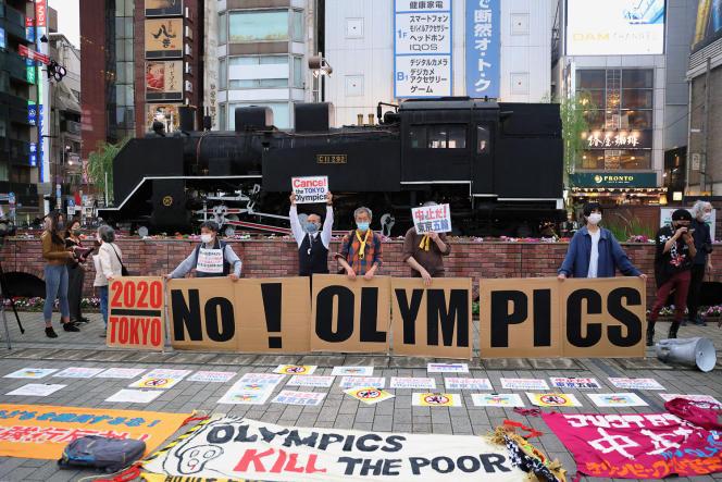 Des manifestants contre les JO de Tokyo devant la gare de Shimbashi, le 17mai 2021.