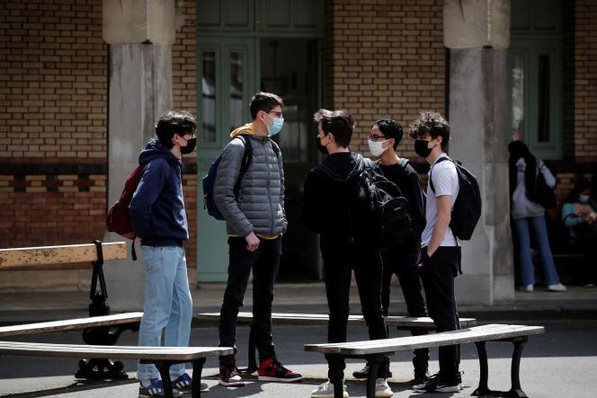 Des élèves du lycée Buffon, à Paris, le 3 mai 2021.