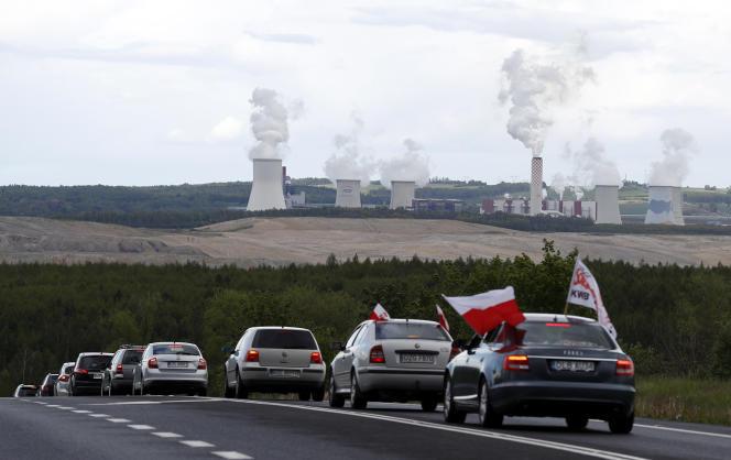 Des voitures roulent lentement pour bloquer la frontière entre la République tchèque et la Pologne près de la mine de Turow à Bogatynia, en Pologne, le 25 mai 2021.