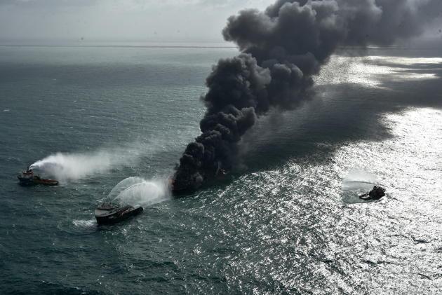 Le MV «X-Press-Pearl» en feu, mercredi 26 mai 2021, au large du Sri Lanka. L'incendie semblait être maîtrisé, samedi, mais de nombreuses interventions sont encore nécessaires pour sécuriser le navire.