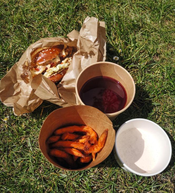 Un burger de poulet frit, des frites de patates douces, un jus de bissap et une sauce cajun de chez Mosuke, à Paris.
