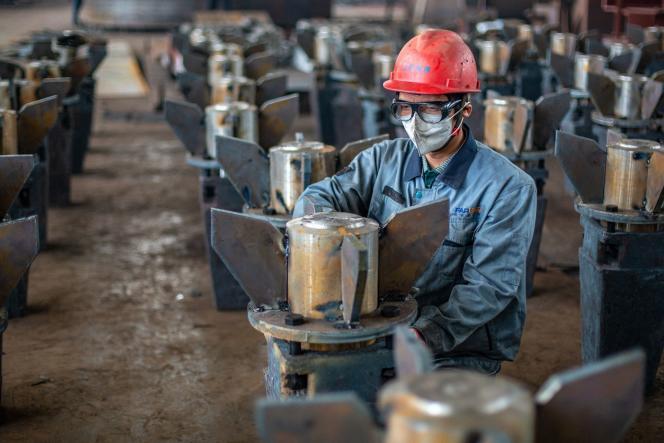Un ouvrier chinois dans une usine de Nantong (Jiangsu), dans l'est de la Chine, le 26 mai 2021.
